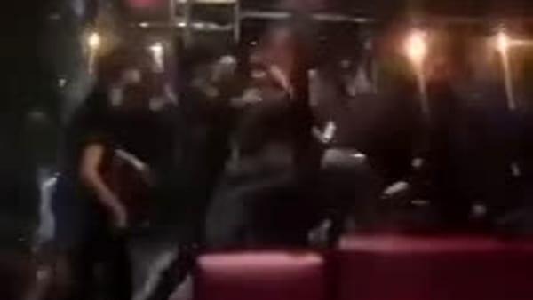 Violenta rissa in un locale del Borghetto di piazza Europa, coinvolte anche due ragazze | Video