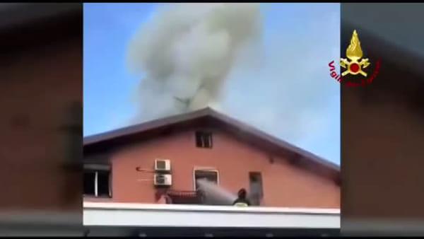 Incendio in un appartamento nei pressi di Sigonella, vigili del fuoco sul posto | Video