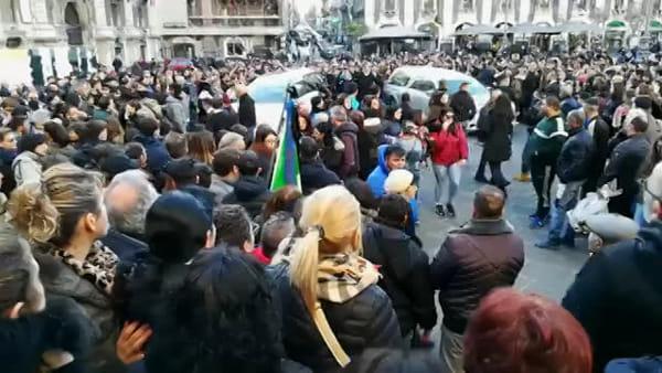 Funerali di Andrea e Santo, le bare arrivano in Cattedrale | VIDEO