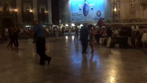 Tutti pazzi per il tango: si balla in piazza Duomo | Video
