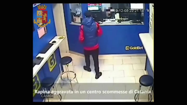 Rapina violenta in un centro scommesse | Video