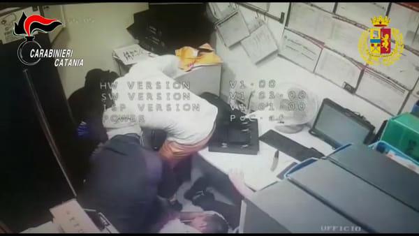 Passamontagna e coltello, i rapinatori in azione | VIDEO