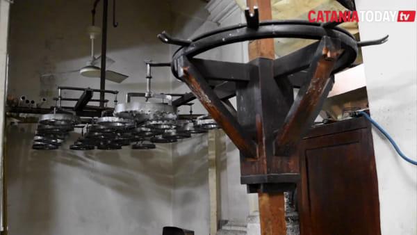 La fabbrica della cera di Sant'Agata: come nascono le candele di Cosentino | Video