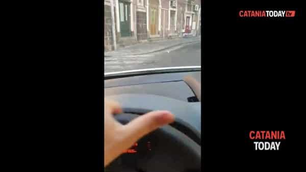 Auto smontata dai ladri nella notte a piazza Dante | Video