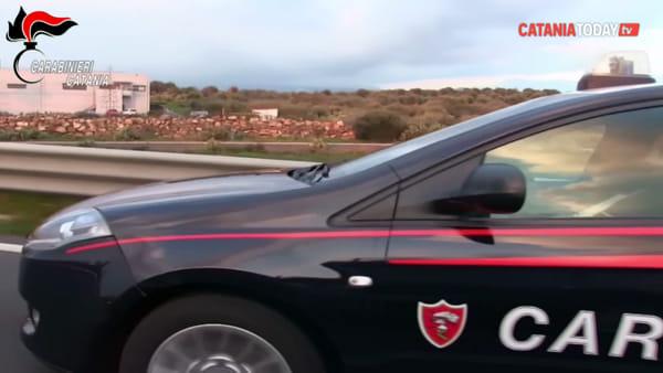 I carabinieri filmano la consegna del denaro nelle mani di due estortori | Video