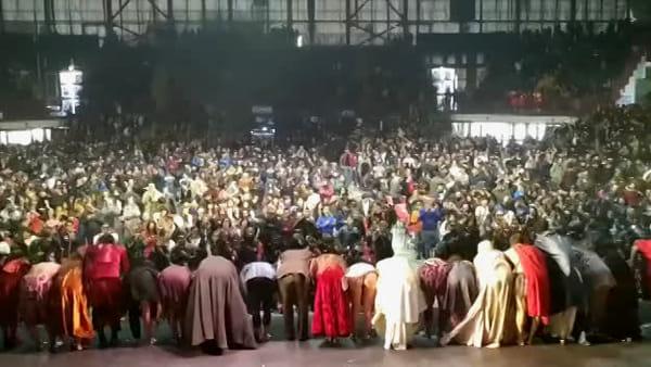 """Il saluto finale del cast de """"La Divina Commedia"""" agli studenti delle scuole siciliane"""