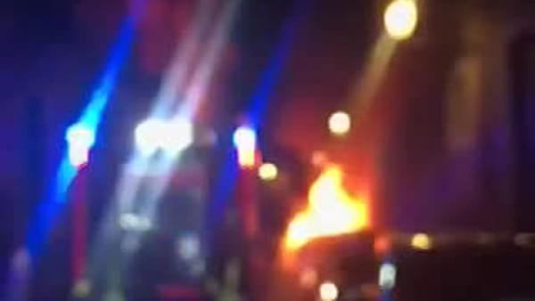Auto a fuoco in via Landolina, fiamme lambiscono Palazzo della Cultura | Video