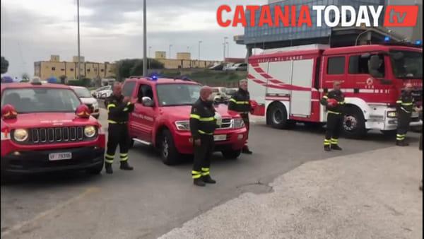 L'omaggio dei vigili del fuoco al personale sanitario