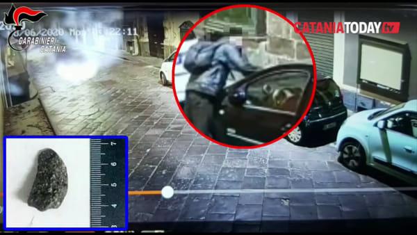 Danneggiava le auto con simboli fallici: denunciato un senzatetto | Video
