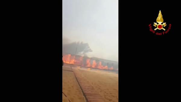 Lido Europa in fiamme, intervento di elicotteri e mezzi navali per evacuare i bagnanti | VIDEO