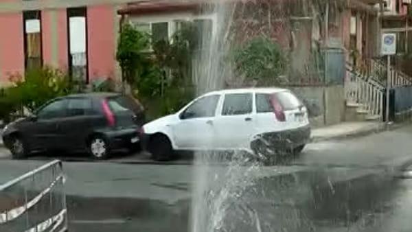"""Via Don Gnocchi: una """"fontana"""" in mezzo alla strada"""