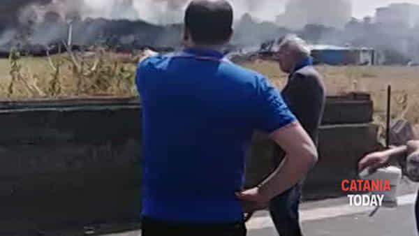 Grosso incendio ad Ognina: fiamme minacciano condominio ed un parcheggio | Video