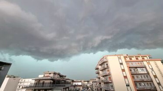 """After the violent bad weather, schools closed tomorrow in Catania to """"check for damage to buildings"""" thumbnail"""