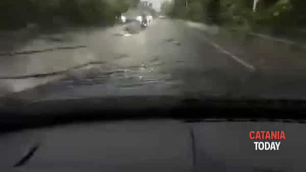 Bomba d'acqua su Catania, strade allagate e traffico in tilt | Video