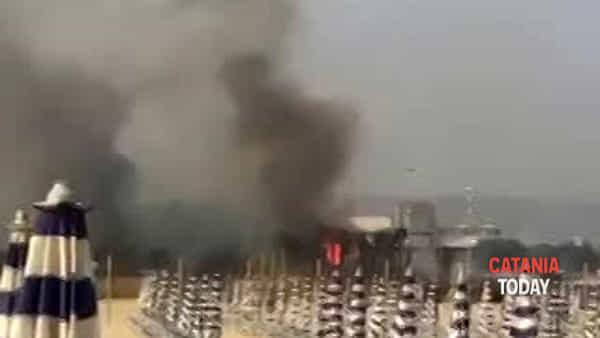 Inferno di fuoco in spiaggia, in fiamme anche il lido Maeva | Video