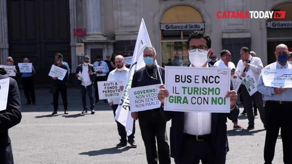 In piazza i conducenti di taxi e operatori del settore noleggio | Video