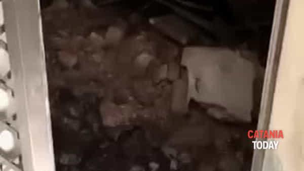Crollo di una palazzina tra le vie Castromarino e Plebiscito | Video