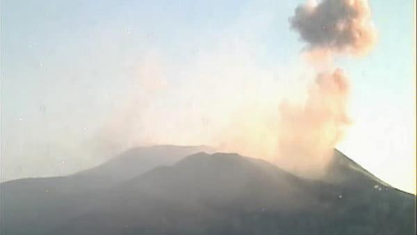 Lievi emissioni di cenere dal cratere di Sud Est dell'Etna   Video