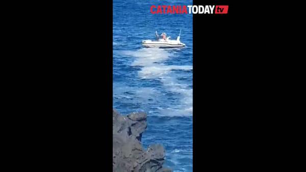 La polizia salva un ragazzino che rischiava di annegare ad Ognina | Video