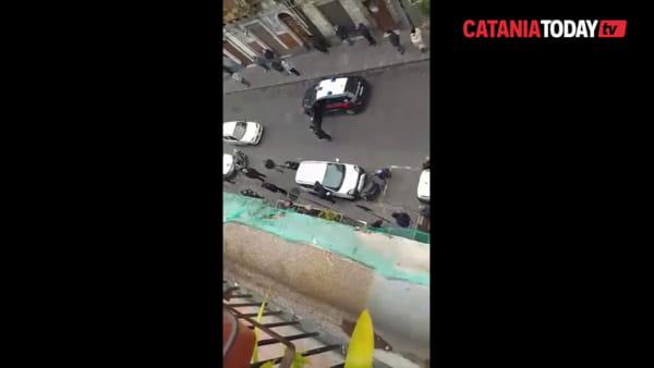 Tutti in fila per la pensione: i carabinieri diradano la folla | Video