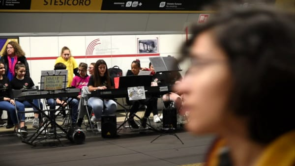 Metro in musica per Natale con i ragazzi delle scuole | Video