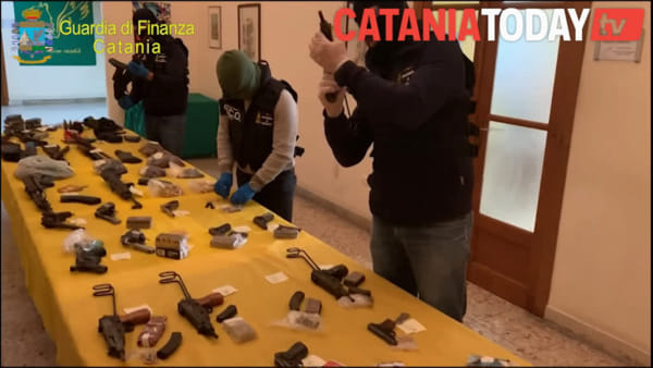 Pistole, mitragliatrici e kalashnikov: un deposito di munizioni alla Plaia
