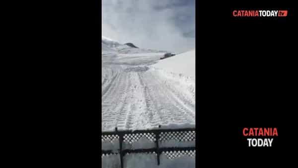 Gatti delle nevi in azione sugli impianti sciistici dell'Etna | Video