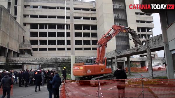 Addio all'ex palazzo delle poste di viale Africa: inizia la demolizione | Video