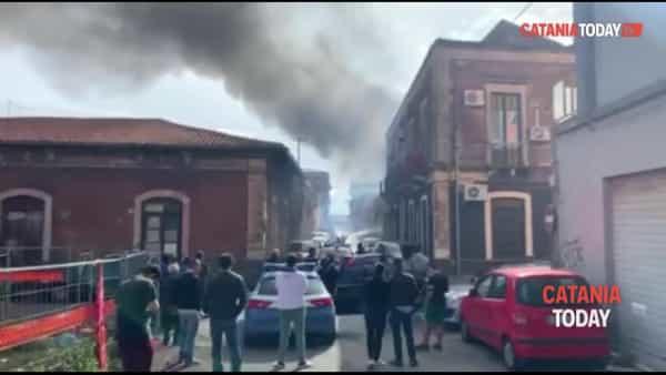 Una vecchia officina prende fuoco in via Trigona | Video