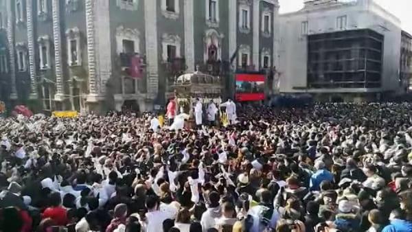 Sant'Agata, il rientro in Cattedrale: portata a spalla dai fedeli | Video