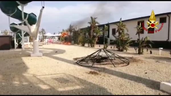 Le immagini dei vigili del fuoco sull'incendio alla Plaia | Video