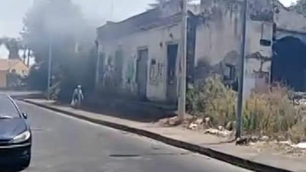 Ognina, fiamme nel ricovero di un clochard | Video