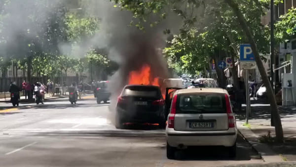 Auto in fiamme al viale Vittorio Veneto | video