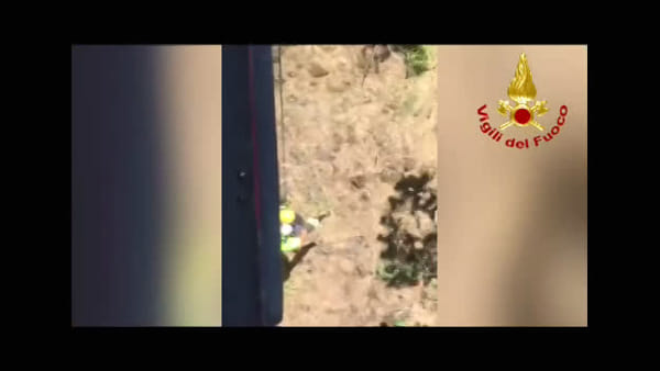 Si avventura nei sentieri dell'Etna e si perde: soccorso dal reparto Volo dei vigili del fuoco | Video
