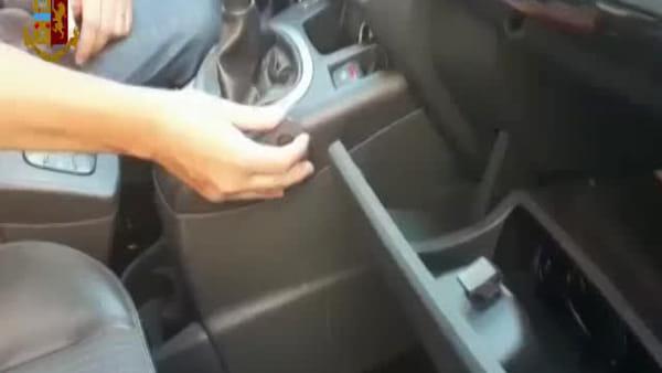 400 mila euro di cocaina nascosti in auto con un abile trucco, la polizia lo scopre