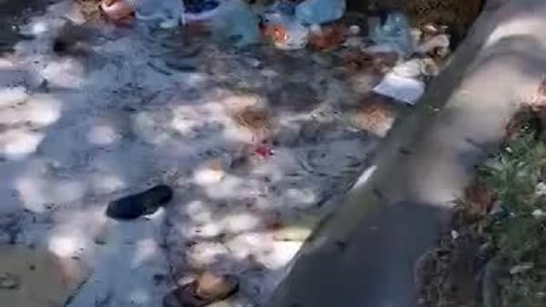 """Lettori: """"Rifiuti nella fontana del Ratto di Proserpina alla stazione"""""""