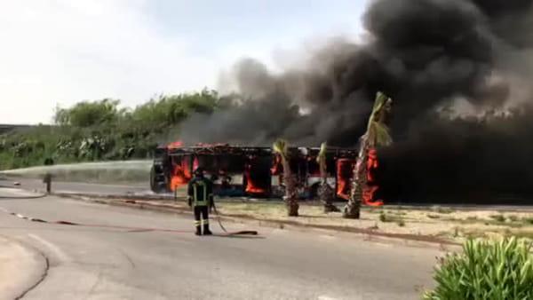 Autobus prende fuoco vicino al centro commerciale Porte di Catania