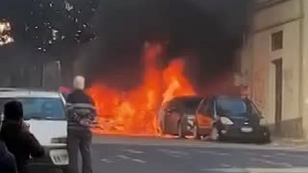 Auto in fiamme in via Passo Gravina | VIDEO