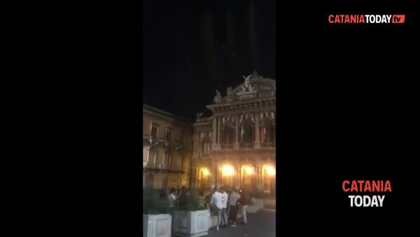 Continuano i fuochi d'artificio a mezzanotte | Video