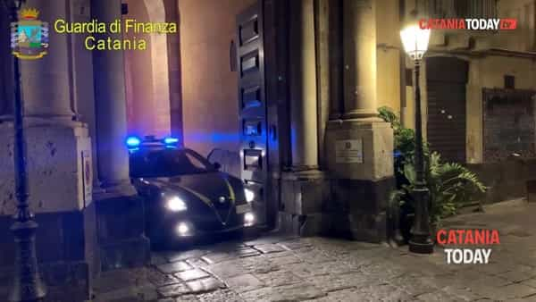 Prestiti con tasso d'interesse del 2 mila per cento: arrestati due usurai | Video