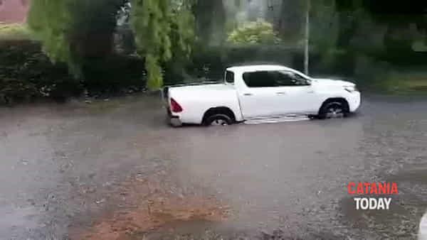 Auto bloccate dall'acqua alta, gli occupanti escono dai finestrini | Video