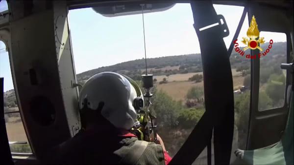 Elicottero dei vigili del fuoco soccorre una donna caduta in un dirupo | Video