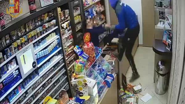 Titolare di una tabaccheria ferito duante una rapina | Video
