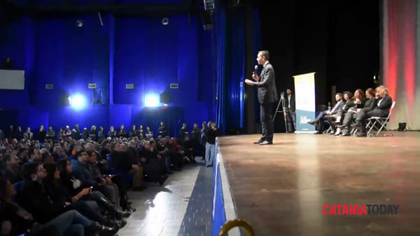 Luigi Di Maio incontra gli elettori del Movimento 5 Stelle a Catania | VIDEO