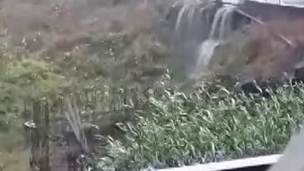 Maltempo, cascata d'acqua in via Cristoforo Colombo | Video