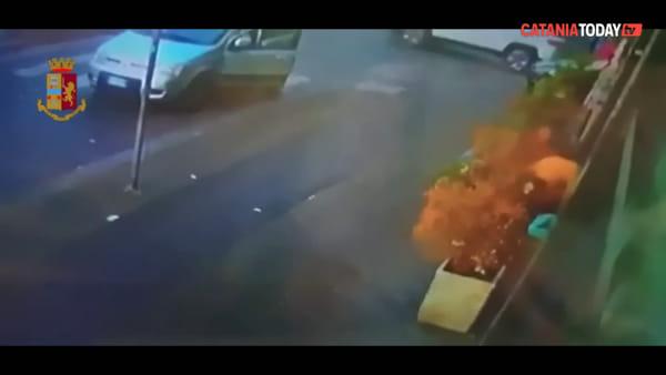 Poliziotto sventa una rapina in un negozio cinese | Video