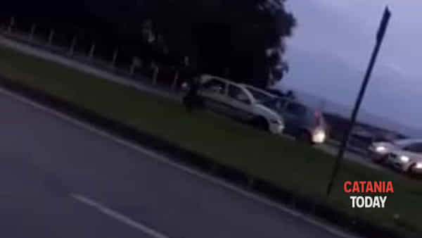 Signora contromano alla circonvallazione provoca incidente | VIDEO