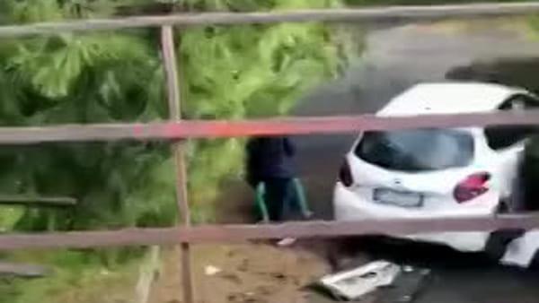 Incidente stradale in via Salvatore Isaia, auto vola da un muretto   Video