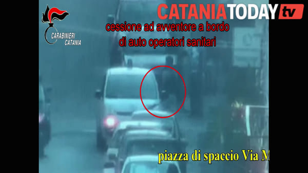 Piazze di spaccio a Picanello, le immagini dell'operazione