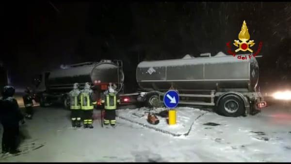 Tir carico di benzina sbanda a causa della neve | VIDEO